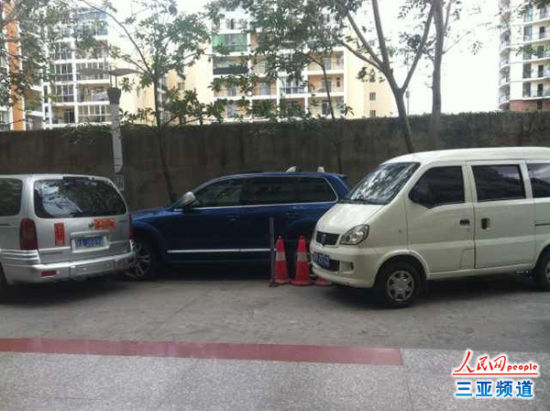两车前后围堵何女士的车(何女士供图)