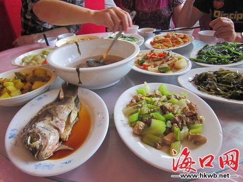 """海南的""""革命餐""""有鱼有肉,荤素搭配。记者张杨摄"""