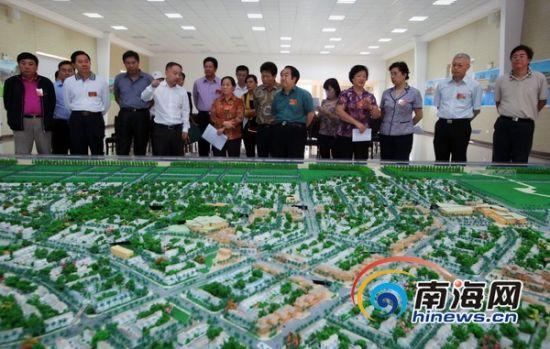 2月19日上午,海南省十一、十二届全国人大代表实地视察了先行试验区移民安置区海风小镇项目建设情况。(南海网记者张茂摄)