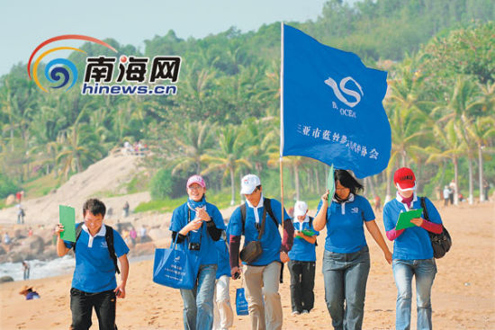 蓝丝带海洋保护协会志愿者在参加三亚海岸线环保活动。(蓝丝带海洋保护协会供图)
