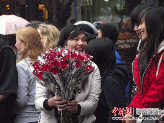 笑容甜美的卖花姑娘 薛文埔 摄