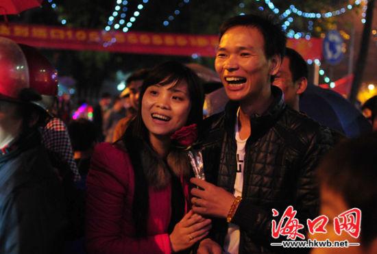 青年男女们共度元宵佳节。海口网记者张俊其摄。