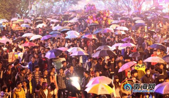 """2013年2月24日,海口市府城万人空巷""""闹""""元宵的情景。 南海网记者 张茂 摄"""