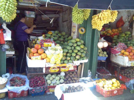 市场外面的水果档,当然,市场里面也有哦!