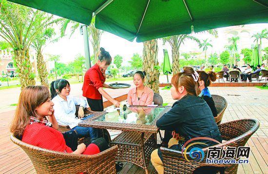 2月25日,几位顾客在福山风情小镇咖啡体验店,品尝香醇的本地咖啡,度过休闲的午后。记者李英挺实习生林明雄摄