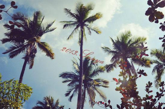 晴空万里,躺在温泉池里仰望天空,生活如此美好。
