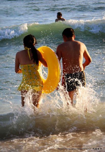▲04、拉着手一起去冲浪