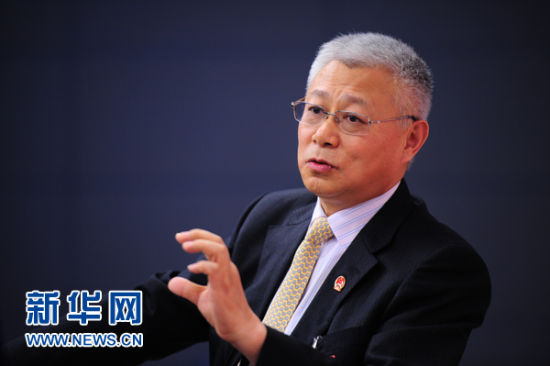 3月11日,全国人大代表、三亚市市长王勇与网友谈旅游经济。新华网李欣 摄