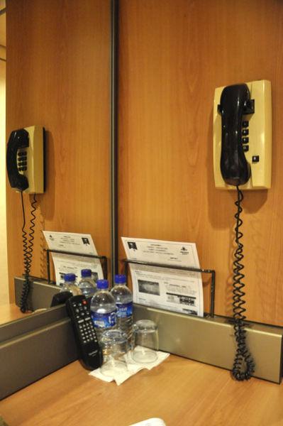 房间内的电话很重要,可以打电话到前台进行咨询等服务。另外最重要的是,因为海娜号会驶到公海,所以到时手机没有信号,若一同登船的人住进不同的房间,或者在不同的场合活动,唯一的联系方式就是这房间内的电话了,所以登船之后,谨记房间内的电话号码,方便联系。
