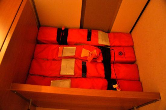 另外进入房间不得忽视的一点是,在衣橱内备有救生衣。
