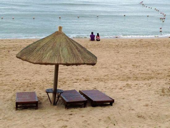 一对情侣在沙滩上
