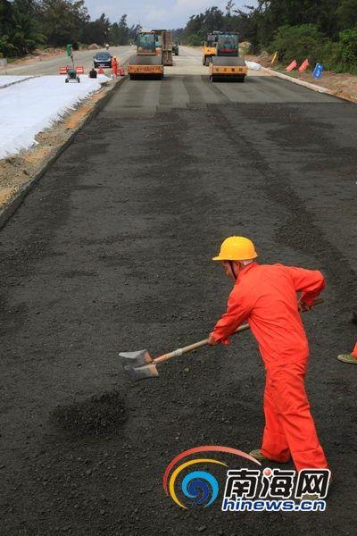东郊至龙楼公路施工现场紧张忙碌,整条旅游公路的路基已基本完成。南海网记者张茂 摄