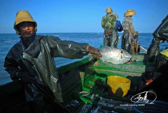 几条大一点的好象叫扒皮鱼,渔民小伙高兴的向我展示渔获