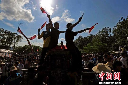 """3月19日,海南定安民俗节庆""""闹军坡""""上表演""""装军""""仪式。 骆云飞 摄"""