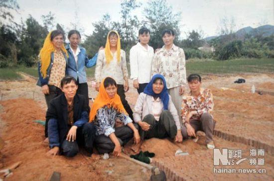 """这是""""绿色娘子军""""1996年拍摄的合影(翻拍照片,3月19日摄)。新华社记者 魏骅 摄"""