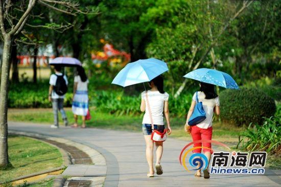 3月21日,海口市民漫步在白沙门公园,享受春意盎然的美景。(南海网记者秦彦摄)