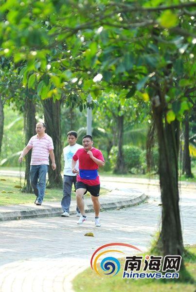 3月21日,海口市民在白沙门公园跑步,享受春意盎然的美景。(南海网记者秦彦摄)