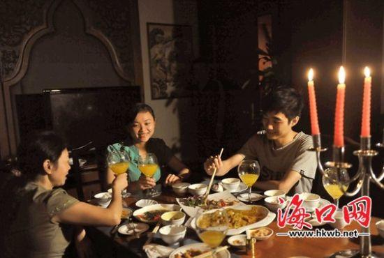 酒店的客人在烛光下就餐。海口晚报记者 李汉仁 摄