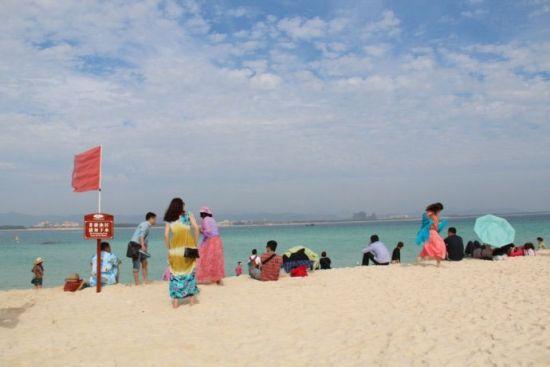 女人们五颜六色的长裙使洁白的沙滩变得更有魅力