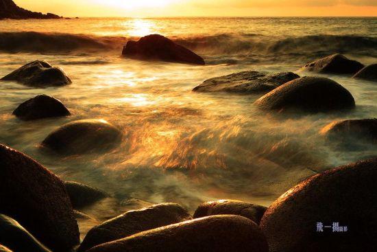 金色阳光洒向大海