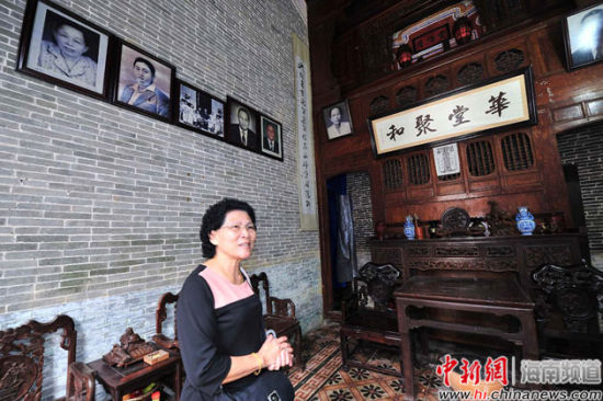 蔡家第四代长孙媳妇蔡王普君每天在大院里忙碌。