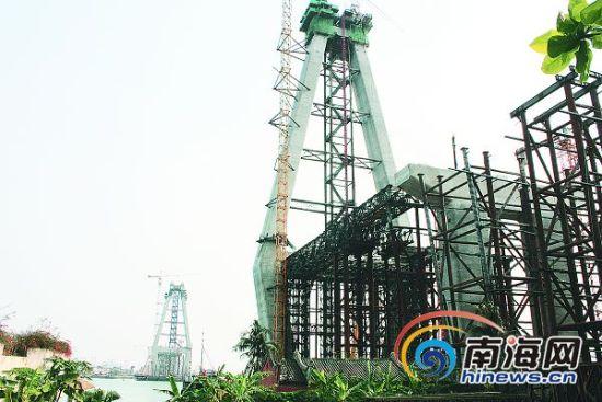 3月27日,洋浦跨海大桥已初显雏形。记者张中宝摄