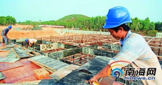 3月26日,昌江棋子湾度假区基础设施项目地表水厂项目,工人正在加紧施工。记者李英挺特约记者曾高文摄
