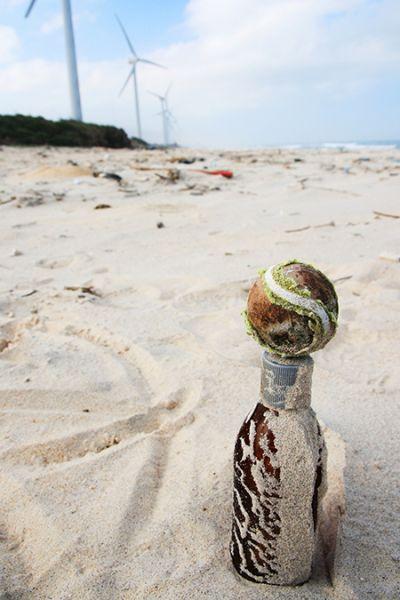 细软的沙滩有各种小东西,这个小球立在矿泉水瓶子上,有爱吧。