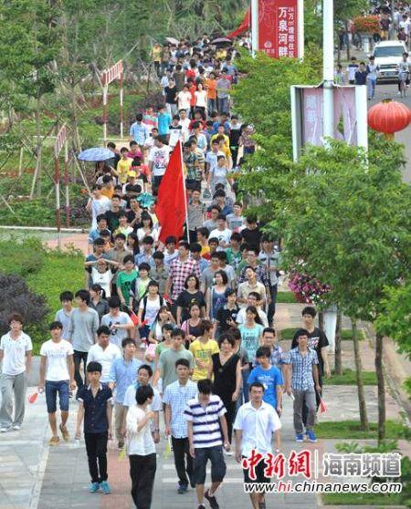 大批市民在万泉河带状公园踏青游览。