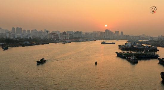 晨光里的海口湾
