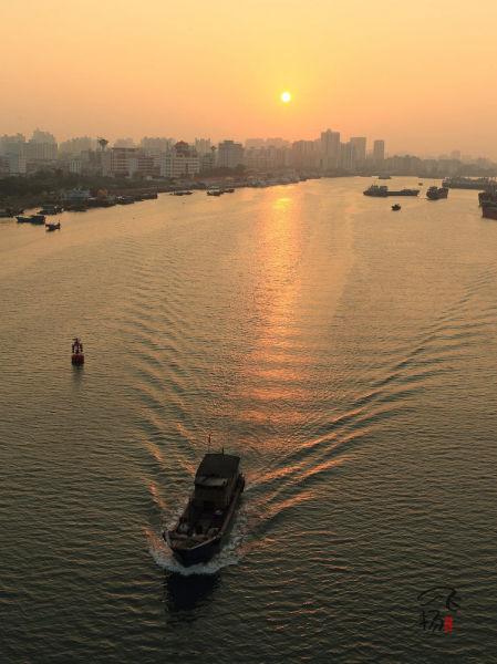 水面上的渔船