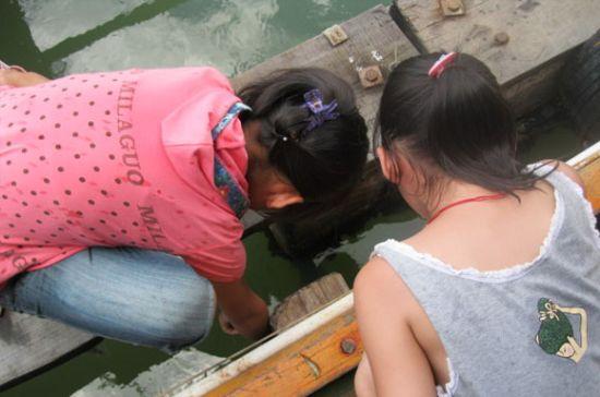 奕妈水平有限,图片无序哈。这是吃完饭后奕宝与渔排老板的女儿在钓鱼。