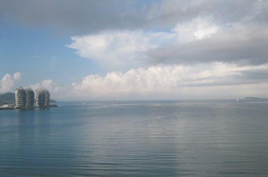 这里每天都有人在拖网拉鱼,奕宝也跟着赶海。这个酒店还是很方便的。晨起从酒店房间远眺,那就是凤凰岛