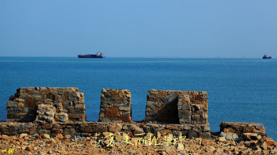 远处航行的货轮