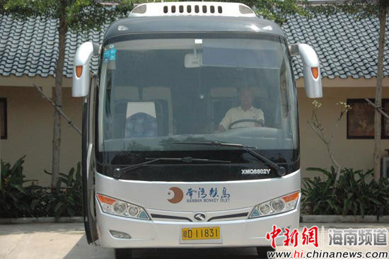 王芳师傅在开车中。