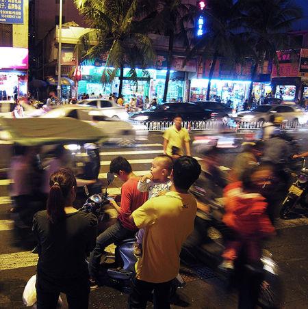 人潮涌动的街头