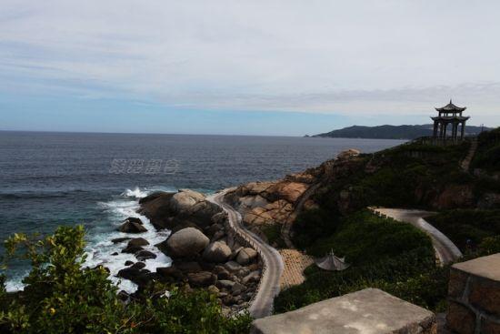 游客可以乘坐电瓶车沿着观光车道欣赏海岛美景,但观光途中不允许下车停留