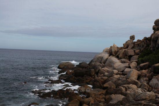 海岛东南部面向南太平洋,这里经常受到海浪的冲刷,所以这里沿岸以礁石密布
