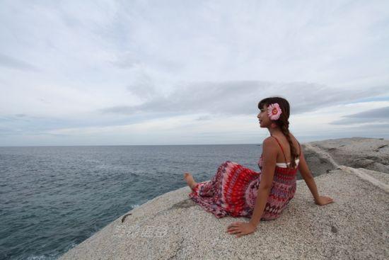"""美女在礁石上留下了倩影,不知是否有安徒生童话中""""美人鱼""""的味道"""