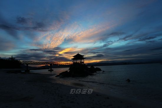 晚霞下的蜈支洲岛码头