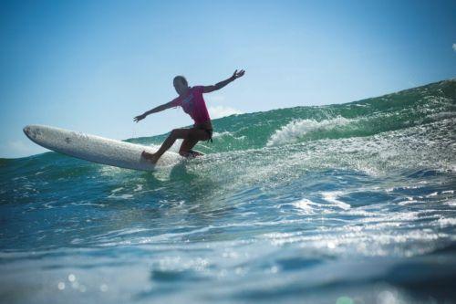 一位参加万宁冲浪节赛事的选手正在搏击浪花