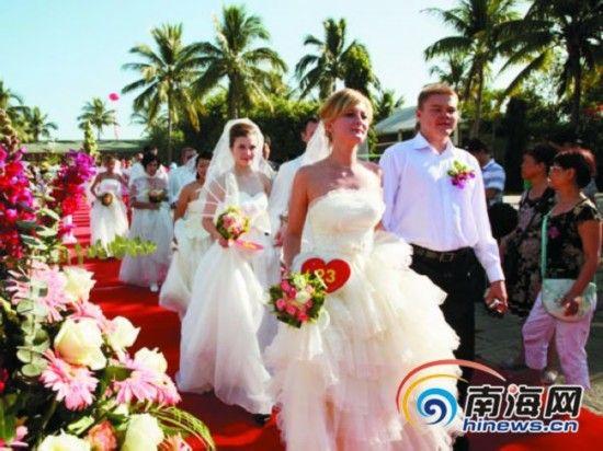 每年3月至9月,是三亚传统旅游淡季,但三亚婚庆旅游市场却持续火爆。文化氛围浓郁的海滨婚礼、游艇婚礼、海岛婚礼、祈福婚礼、黎族风情婚礼等婚庆旅游系列产品吸引了众多爱侣。   据不完全统计,2012年三亚各种婚庆活动达600场以上。据三亚市旅游协会有关负责人预测,三亚婚庆市场将以300%的速度增长。   三亚美丽自然风光成为众多情人向往的最佳婚庆度假胜地。自从2008年体操名将杨威杨云天涯海角完婚,热气球上成就浪漫一刻,以及2010年知名艺人大S和汪小菲在三亚喜结连理后,国内不少人纷纷到三亚举办婚礼,拍摄