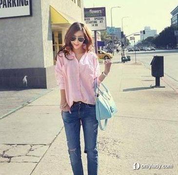 甜美粉色系衬衫搭配仔裤