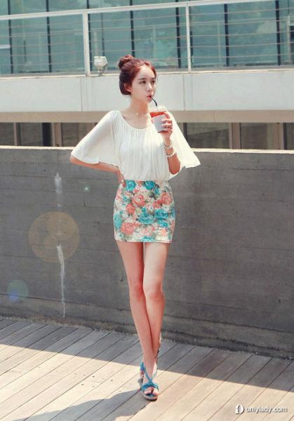 大花图案的包臀裙搭配白色荷叶上衣
