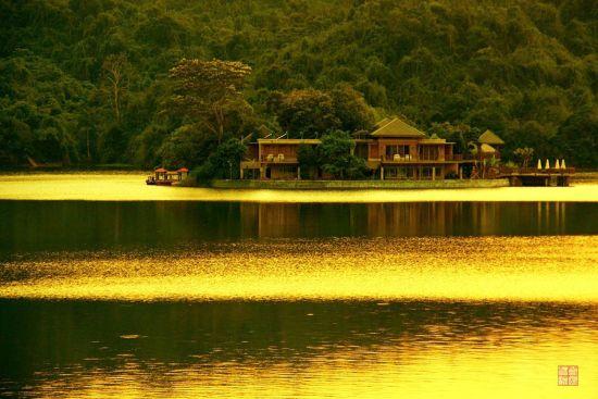 夕阳下的湖面