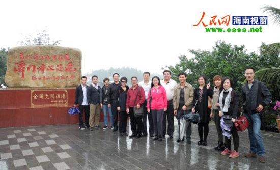 考察团成员在潭门中心渔港前合影(葛明明摄影)