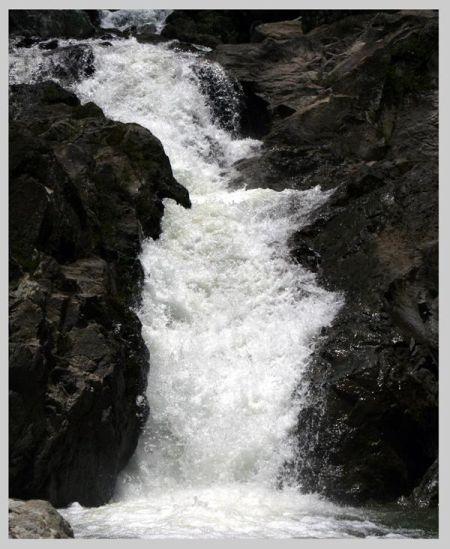 水流湍急的瀑布