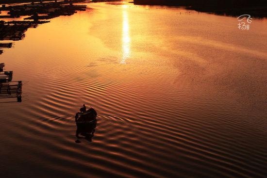 夕阳下平静的海面