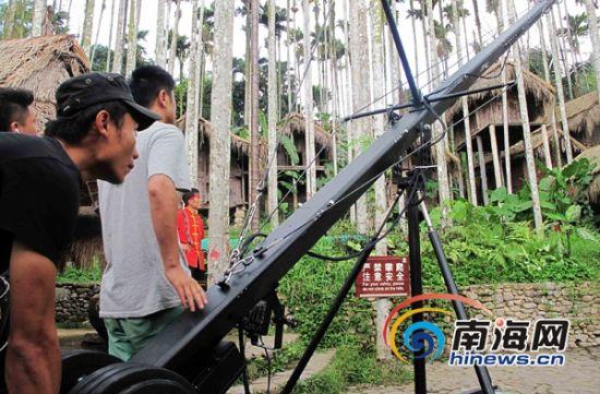 摄制组摄影师在拍摄槟榔谷的百年谷仓。(通讯员姜梅竹摄)