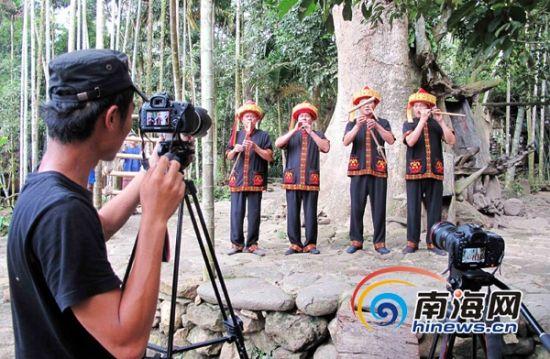 摄影师在拍摄八音表演。(通讯员姜梅竹摄)